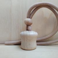Круглая деревянная крышка с коричневым шнурком для автоароматизатора