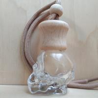 Флакон в виде черепа, с деревянной крышкой на шнурке.